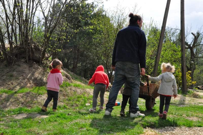 rytualny krąg w leśnym przedszkolu w Łodzi